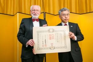 02-velvyslanec pan Kaoru Shimazaki se Zdeňkem Thomou s císařským osvědčením