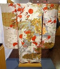 5_Kimono furisode pro svobodné dívky je vyšívané zlatými a stříbrnými nítěmi a pochází z první poloviny 20 století _foto archiv_repro zdarma