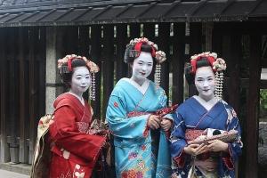 6_kultura kimon je v Japonsku stále živá_tři maiko, společnice z Kjóta, s tradičními oděvy, úřčesy i líčením_foto archiv_repro zdarma